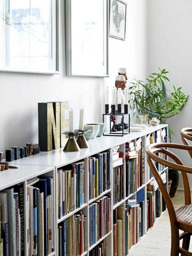 Det mangler ikke på lesestoff i spisestuen. Den hvite bokhyllen er stappfull av bøker i ulike størrelser og farger. Styling: Lise Septimius Krogh.