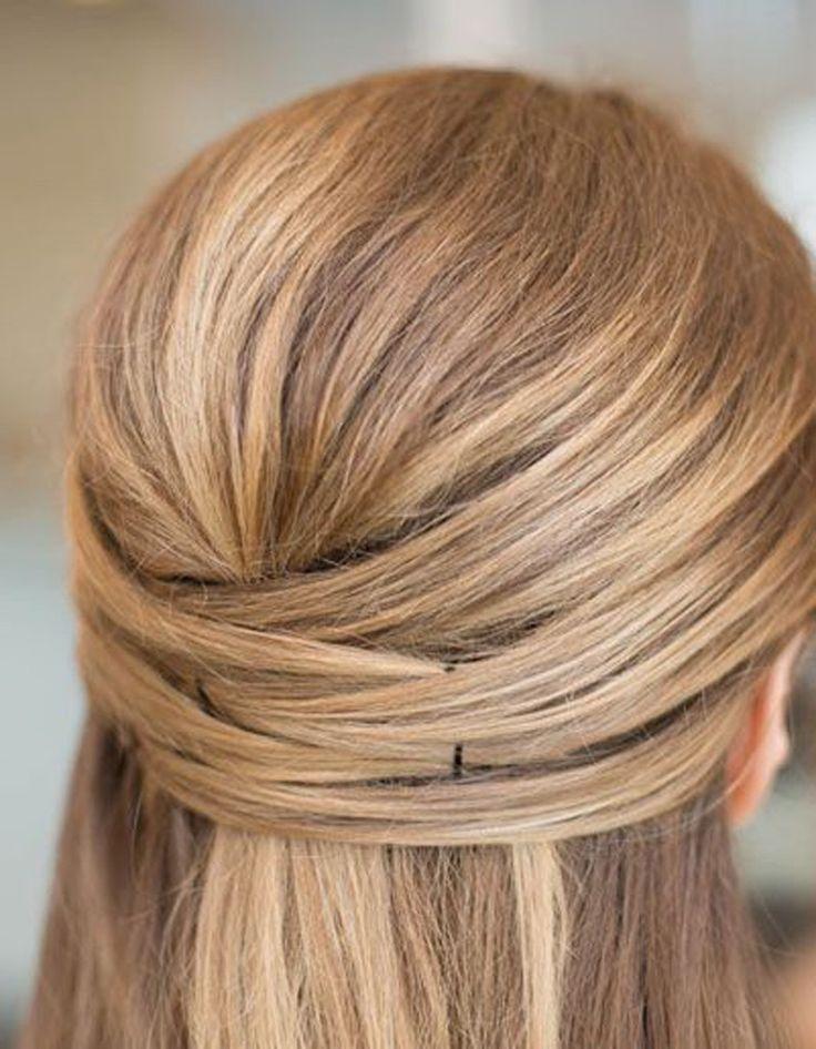 La couronne de cheveux -   Comment on fait ? On lisse ses cheveux en arrière avant de sélectionner plusieurs mèches près de l'oreille à fixer à l'exact opposé. L'opération est à répéter autant de fois qu'on le souhaite, de façon à se créer une couronne de cheveux plus ou moins épaisse.