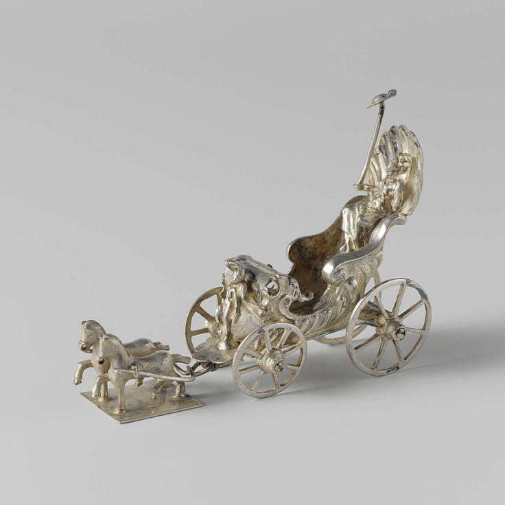 anoniem   Triumphal chariot of Liberty, attributed to Michiel Maenbeeck, c. 1666 - c. 1682   Triomfwagen (schelpmodel) op vier wielen. De zijwanden zijn versierd met kwabornamenten. In de wagen zit een vrouw met in haar rechterhand een hoed op een stok (teken der vrijheid). Voor op de wagen zit een cupido. De wagen wordt getrokken door twee paarden die op een rechthoekige plaat staan (de paarden horen er vermoedelijk niet bij). Het beeld is gemerkt: meesterteken en driemaal een bijltje.