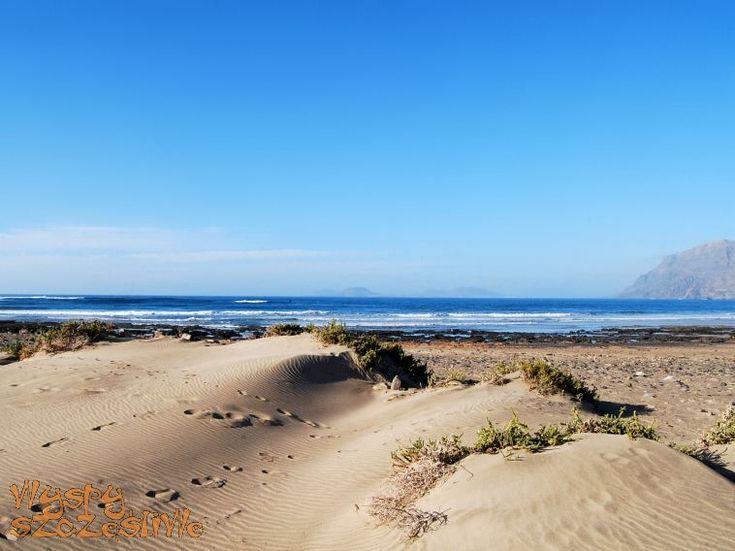 """Playa de Famara, ulubiona plaża Cesarego Manrique i doceniona przez Pedro Almodovara, który nakręcił tam kilka scen filmu """"Przerwane objęcia""""."""