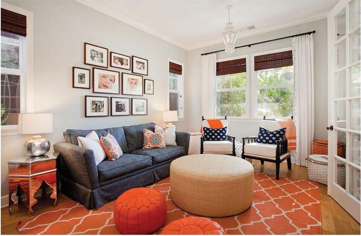 Bellissimo soggiorno in stile marocchino e moderno con l'accostamento di colori vivaci e molto luminoso