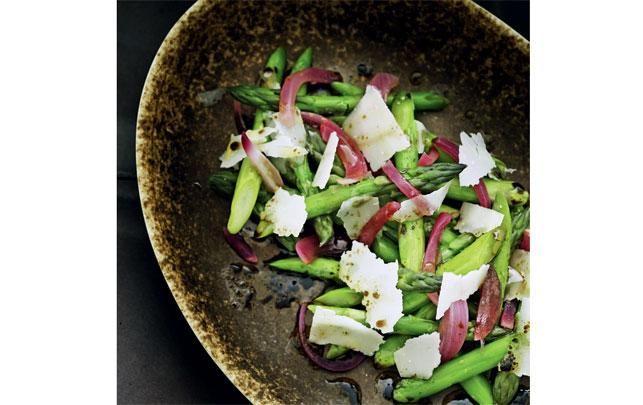 Asparges, parmesan og syrlige løg