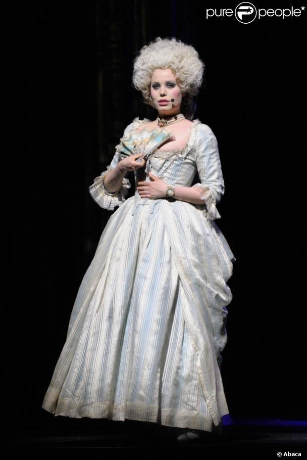 Roxane Le Texier est Marie-Antoinette. La troupe de  1789, Les Amants de la Bastille , nouvelle comédie musicale produit par Dove Attia et Albert Cohen, donnait le 19 mars 2012 à l'Olympia un aperçu du spectacle qui sera présenté en septembre sur la scène du Palais des Sports de Paris puis en tournée.