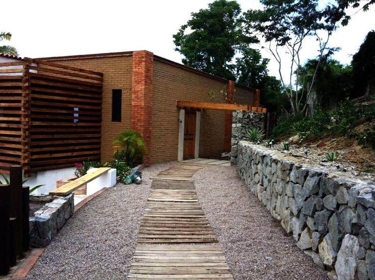 Villa Guadalupe: Pasillo, hall y escaleras de estilo  por Caja de Diseño