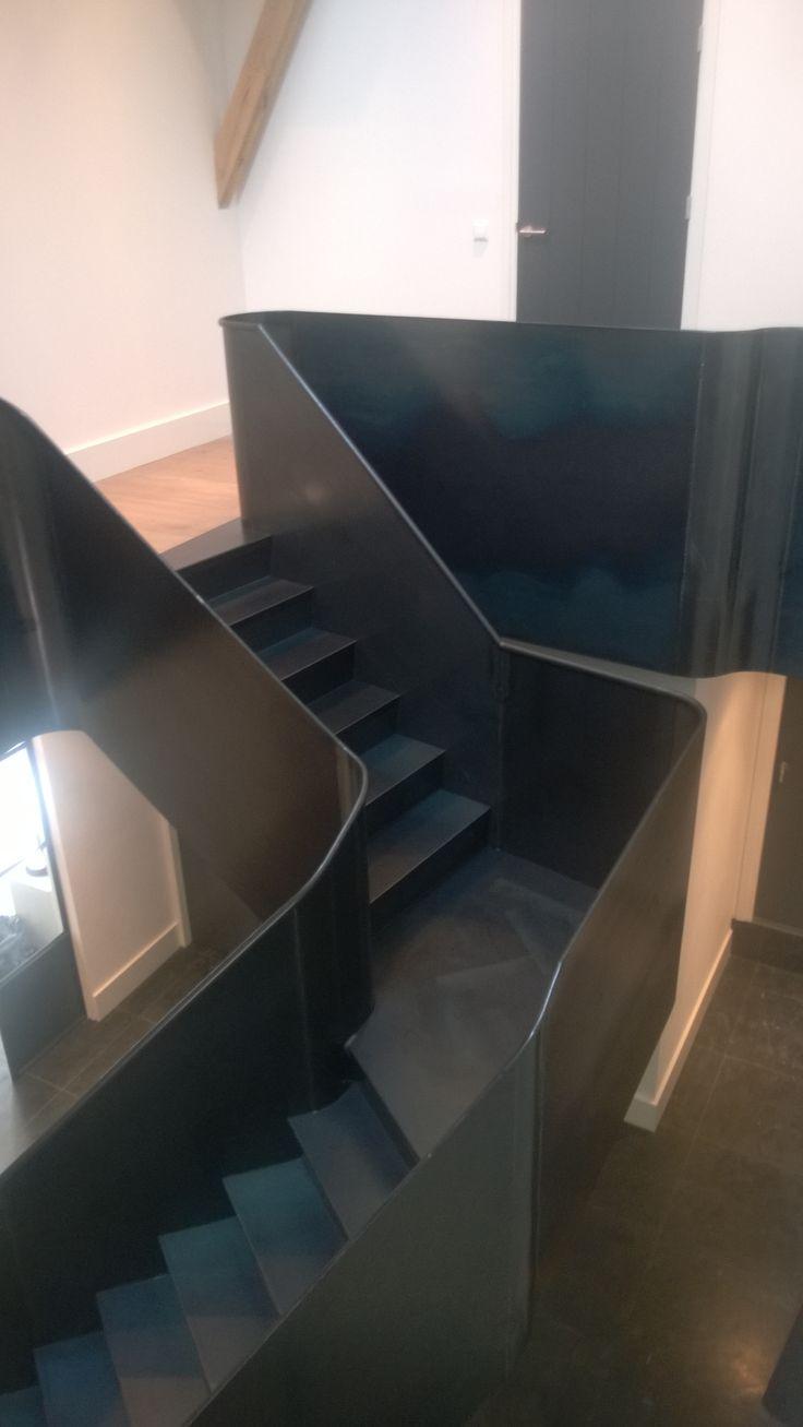 Vanstaal trap ontwerp en realisatie volledig blauwstaal met op het bordes een stalen vloer met - Railing trap ontwerp ...