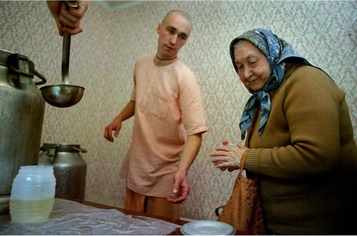 1993 A pensioner exchanges the food for a portion of the hymns in the Moscow department of Krishna Jara
