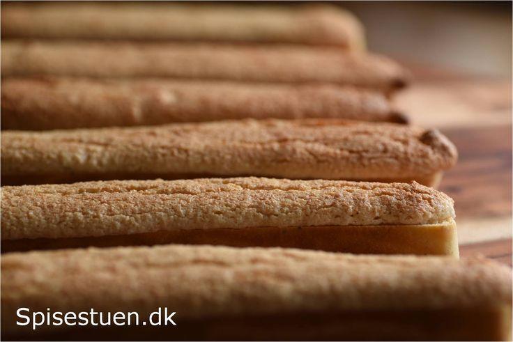 Jeg har ikke helt kunnet finde ud af, om det hedder kaffebrød eller kaffestænger, men det er i hvert fald de der aflange sprøde brød med makrontop, som smager helt vidunderligt med koldt smør på. F…