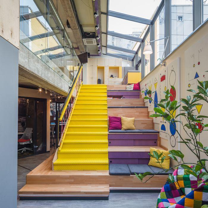 Continuăm serialul birourilor creative din România cu un nou spațiu designist, amenajat în București. Responsabilă de mix match-ul ludic și ingenios al decorului este echipa dotKa, formată din designerul de interior Dana Kallo și arhitectul Alexandra Barbu. Biroul B.sorteda fost