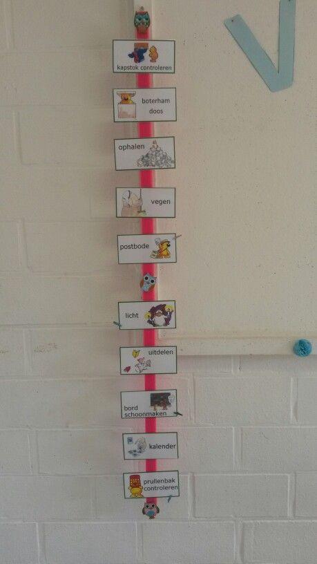 Takenbord. Houten lat bespoten met neon verf van de Action. (Super handig en goedkoop) Velcro strip op bevestigen. Kaartjes verkregen via Gietjes Corner (Bedankt! :) ) in de 1ste schoolweek mogen de kinderen zelf hun wasspeld óntwerpen.