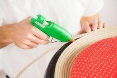 ¿Quién dijo que un neumático solo sirve para rodar? Aprende cómo hacer un puf con un neumático reciclado y personalízalo. Te proponemos decorarlo con cuerda y una tela molona para tener ese toque divertido y original en tu casa ;)