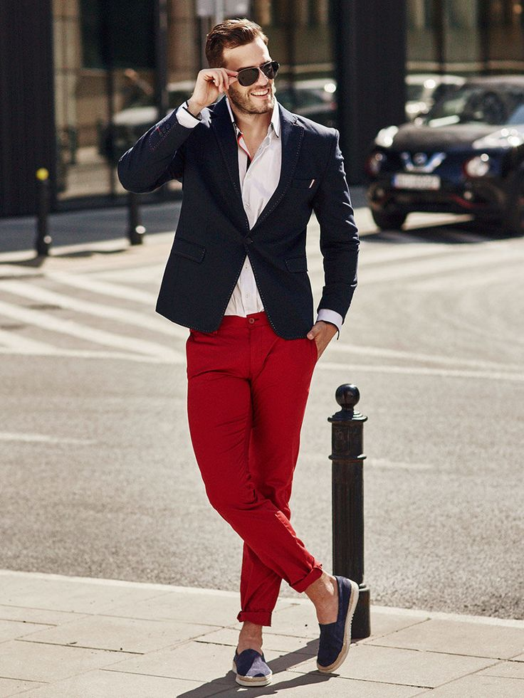 The Italian dolce vita in a modern urban style. Let's match an elegant shirt with red chinos and a navy blue blazer. The outfit is completed by the legendary polarized Aviators.