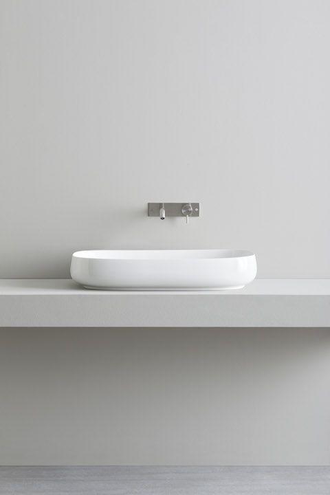 Over counter Culla washbasin made of glossy ceramic