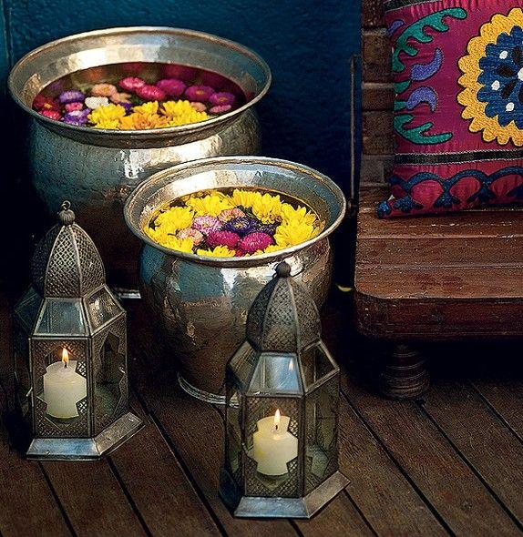 Este ambiente tem uma pegada tailandesa. Flores e velas deixam o espaço ainda mais aconchegante