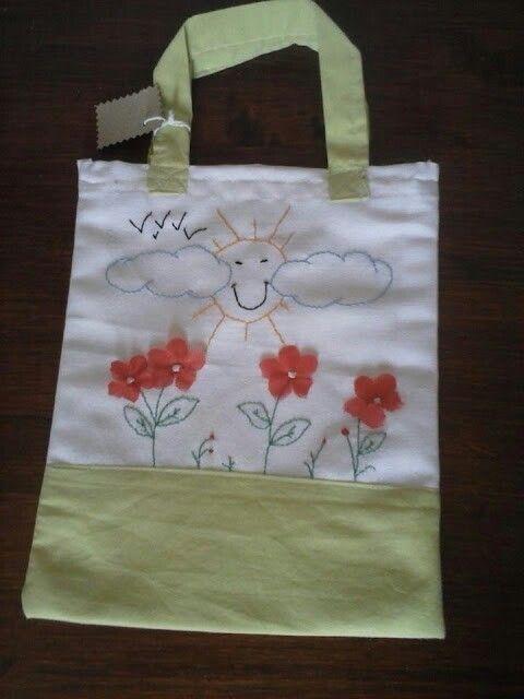 Bolsa de almuerzo cofeccionada con telas recicladas y bordada a mano