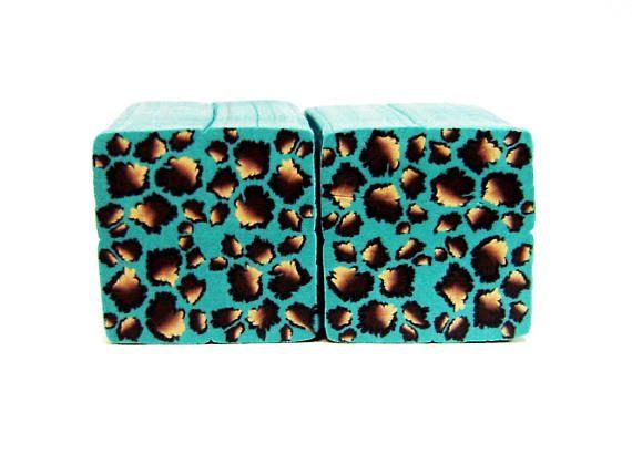 polymeer klei turquoise Luipaard suikerriet, rauw en ongebakken polymeer klei millefiori Kato suikerriet, klaar voor het snijden en genezen.  Aanbieding is voor één rauwe, ongebakken polymeer klei suikerriet, handgemaakt door mij met kwaliteit polymeerklei (Kato).  Je moet na de specificaties van het merk bakken.  Suikerriet lengte - 4 cm Suikerriet breedte - 2cm  Wandelstokken zijn zorgvuldig verpakt en verzonden in stevige dozen. Hebt u vragen of verzoeken, stuur een email naar me.