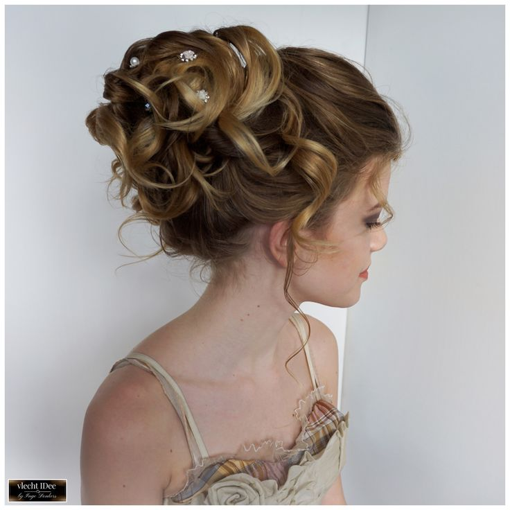 Mooi #zacht en #romantisch bruidskapsel van #krullen. Beautiful soft #curls and #romantic updo for a wedding. #bruiloft #bruidskapsel #bruid #bruidsmeisje #vlechten #opsteken #feestkapsel