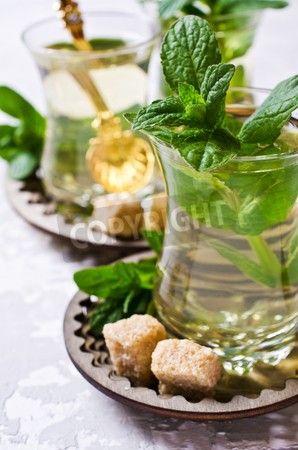 コンクリート背景にオリエンタル スタイルの新鮮な葉からミント茶作りたてください。選択と集中。
