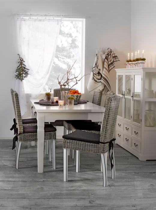 Kuulaassa ruokasalissa juhlitaan Acazia-ruokapöydän ympärillä.  https://www.hobbyhall.fi/web/ajankohtaista/shop/koti-ja-sisustus/Talven-sisustustrendit-harmaan-sylissa?utm_medium=pin&utm_campaign=j7_2014&utm_source=pinterest&utm_content=Harmaan_sylissa_04.11.
