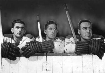 En 1943-1944, Lach s'est retrouvé avec de nouveaux compagnons de trio. Avec le vétéran Toe Blake à l'aile gauche et un jeune homme fragile au tempérament fougueux nommé Maurice Richard à droite, la « Punch Line » devait établir de nouveaux standards tant au chapitre du talent que de la robustesse. Grâce à une première unité qui produisait à plein régime et un personnel de soutien qui suivait son exemple, le Tricolore est devenu la crème de la ligue et remporta la coupe Stanley en 1944 et…