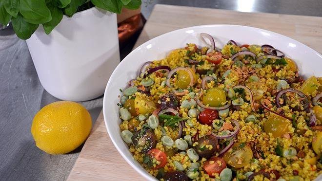 De Frisse Start | oeg ook de saffraan met het water toe. Laat afkoelen.Kook de tuinbonen net gaar.Was de tomaten en snijd ze in stukjes.Pluk en snijd de kruiden.Snijd de...