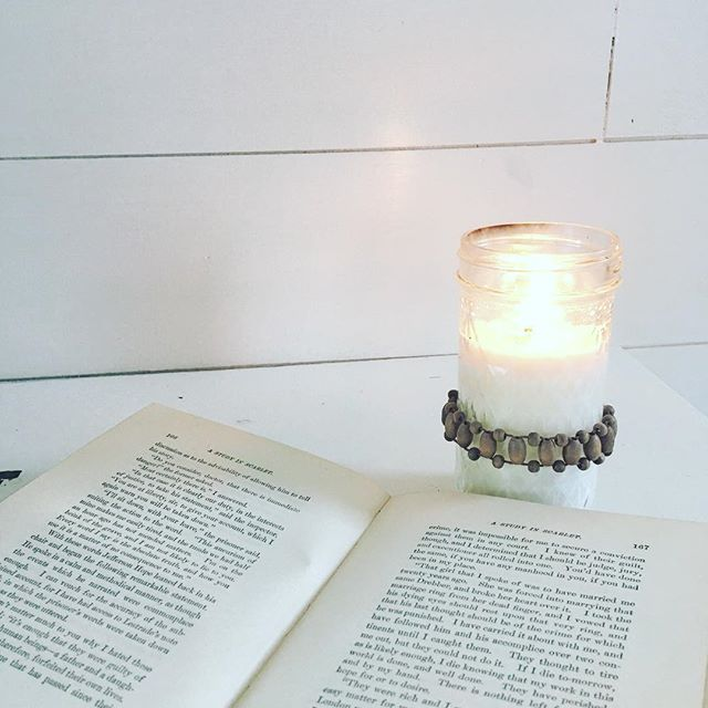 These dark and gloomy, January days call for a fragrant candle and a good book. Simple elegance is my vibe today. Have a top Tuesday today friends! Hugs 🤗 . . . . . #interiors #interiordesign #reallife #nerd #simple #beautiful #bhg #bhgcelebrate #vintage #vintagebooks #shiplap #modernfarmhouse #farmhouse #vintagefarmhouse #farmhousechic #farmhousestyle #homedecor #candle #cottage #cottagestyle #cozy #realsimple #midwestliving #handmade #supportsmallbusiness #supporthandmade #shopsmall…
