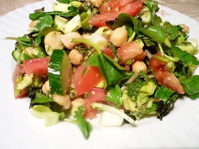 Salata ,,sălbatică'': ierburi sălbatice, alge, legume proaspete si năut (,,Wild'' Salad: wild herbs, algae, fresh vegetables and cheekpeace)