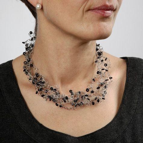 Gehäkelte Halskette aus Schmuckdraht mit Silikon-Anschlagringen