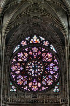 Catedral de San Vito, Vitrales góticos. La catedral forma parte del conjunto artístico monumental del Castillo de Praga y es la mayor muestra del Arte gótico de la ciudad.