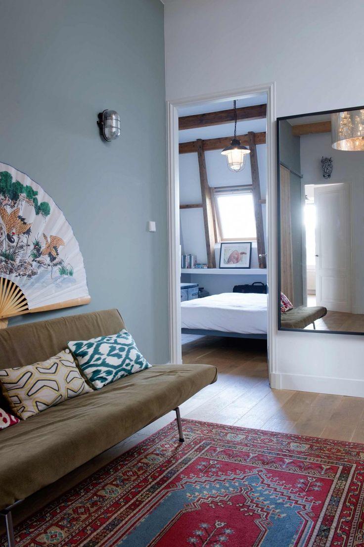 Vintage kelim vloerkleed met doorkijkje naar de slaapkamer   Vintage carpet with a peak of the bedroom   vtwonen 09-2017   Fotografie Caroline Coehorst   Styling Mirjam Knots