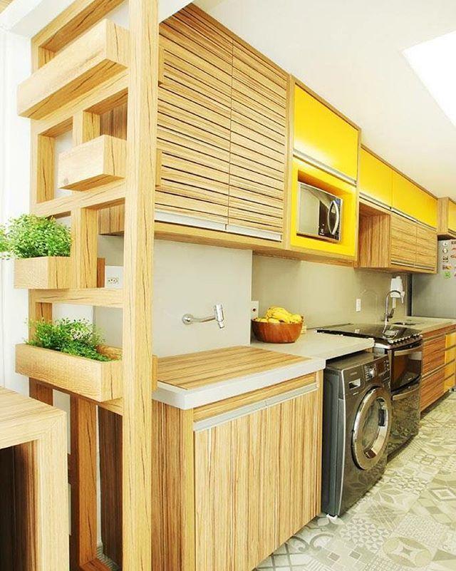 Cozinha integrada com área de serviço e ainda tem espaço para uma hortinha!!! Via @revistacasaclaudia 🙌🏻 #cozinha #areadeservico #kitchen #laundry #cozinhapequena #smallroom #espaçospequenos #apartamento #casa #decor #decoration #decoração #interior #interiordesign #designdeinteriores #inspiration #inspiração