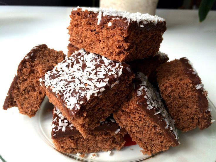 Klassisk mjuk kaka med många namn. Jag kallar den mockarutor men den går också under namnen kärleksmums, snoddas, kaffekaka, kokosrutor m.m....