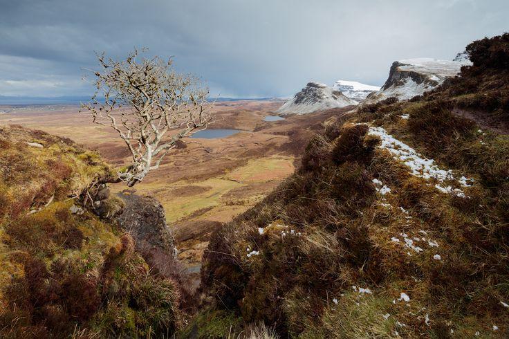 Шотландия, остров Скай Невзирая на драматичную атмосферу места, попасть на Киранг очень просто – автомобильная парковка расположена почти на самом верху хребта. Фотографу остается только идти вдоль массива по неширокой тропинке и наслаждаться пейзажами. Мы оказались там в момент, когда снег начал таять и вся почва превратилась в болото, дёрн часто не выдерживал веса и срывался, увлекая за собой незадачливого путника. И это место, расположенное в долине ручья, на кромке, перед тем как он…