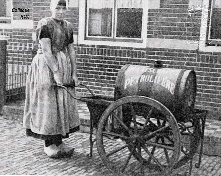#petroleumboerin Maatje Bliek met haar petroleumwagentje ca. 1935 Arnemuiden  www.vivier.nl