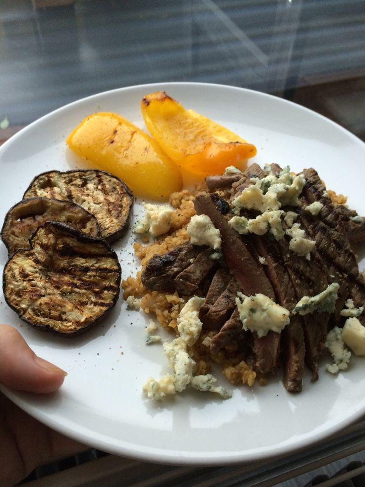 Gegrilde paprika en aubergine, een risotto van bulgur met gebakken steak en blauwe kaas