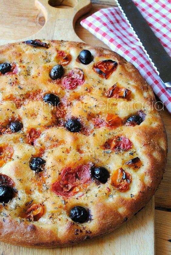 focaccia barese con pomodorini e olive