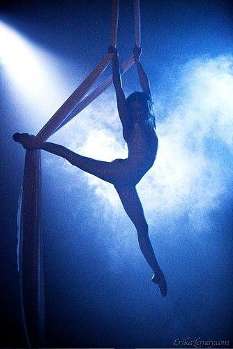 """Cirque du Soleil (""""Circus of the Sun"""")  est une compagnie canadienne de divertissement, se décrit comme un «mélange théâtralisé des arts du cirque et spectacles de rue"""