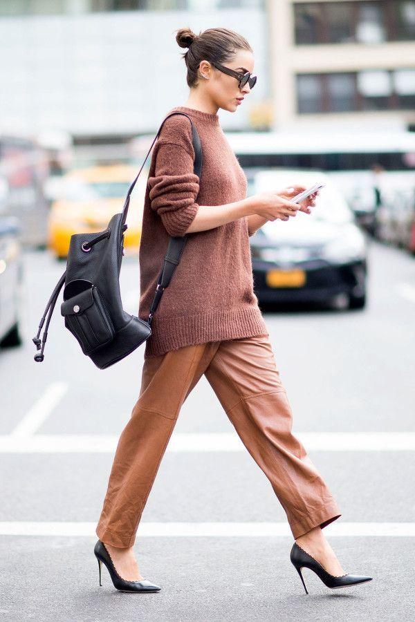 look monocromatico com mochila e scarpin preto