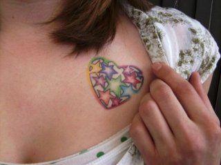 Цветная татуировка любовь в виде сердца на груди для девушки