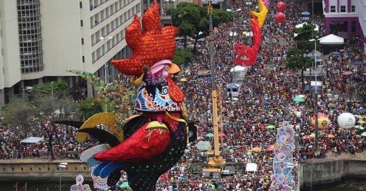 Desfile do Clube de máscaras Galo da madrugada (sábado de carnaval)