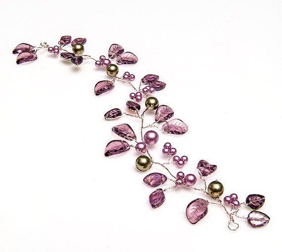 Hojas de vid de pelo nupcial púrpura con cristal en plata Viña y los racimos de perlas de Swarovski aferrarse firmemente a la vid. Esta pieza de accesorios nupciales del pelo fue creada para imitar la belleza de la vid en el jardín, siempre tan elegante y agraciado.  Mi pelo floral púrpura vid ofrece tres diferentes estilos de hojas de vidrio junto con perlas de Swarovski en una púrpura de color malva decorada con perlas verdes.  Hay bucles en cada extremo de la vid de pelo púrpura que puede…