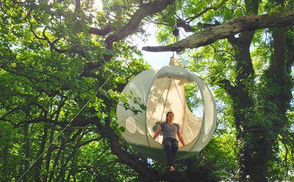 空中キャンプを楽しめる、ロマンティックなお月様のテント