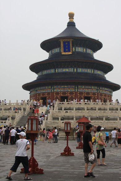 O templo do Céu, em Pequim, é um enorme complexo de templos enquadrado num belo parque verde. Neste local o imperador oferecia sacrifícios e orava aos céus.