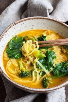Schnelle Curry Kokos Suppe. Für dieses einfache Rezept kannst du jedes Geümse verwenden. Cremig, würzig und verdammt gut. Vegan - kochkarussell.com