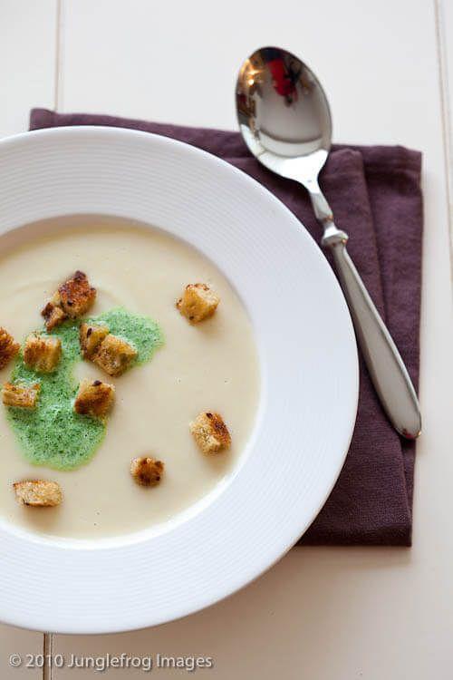 Pastinaak soep met peterselie room http://simoneskitchen.nl/pastinaak-soep-met-peterselie-room/