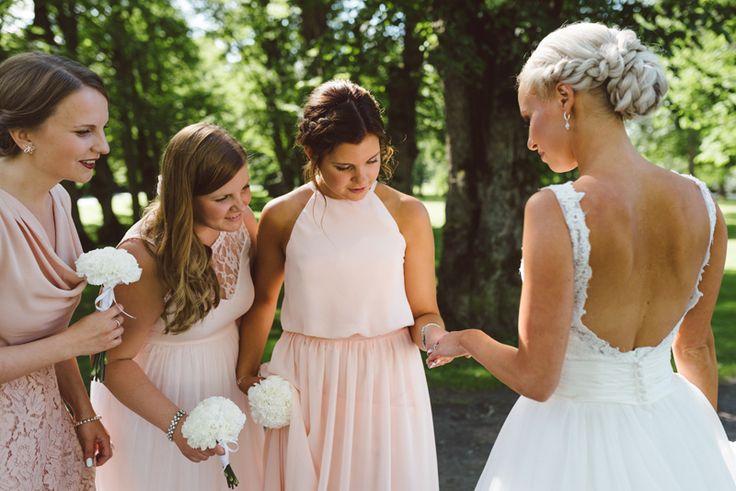 bridal parrty mismatched pink bridesmaids dresses Julia Lillqvist | Nina and Benjamin | bröllop Korsholms kyrka | http://julialillqvist.com