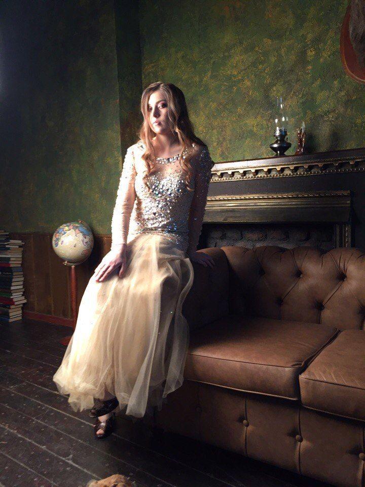 На Лизе золотое платье #SherriHill прокат 5500 руб. на три дня, залог 5000 руб. Размеры 42 РФ ( 2 USA, XS )