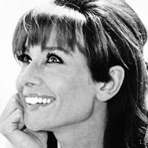 """Audrey Hepburn in """"Two For The Road"""". So beautiful, no?--Bellos ojos, mas bellos si ven bien. Controlate cada año. Le en  nuestrio blogspot. """" descansar frenta a la PC """" y otro--DIOSA----"""
