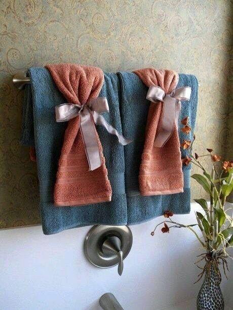 Las 25 mejores ideas sobre toallas decorativas en for Colgador toallas para bano
