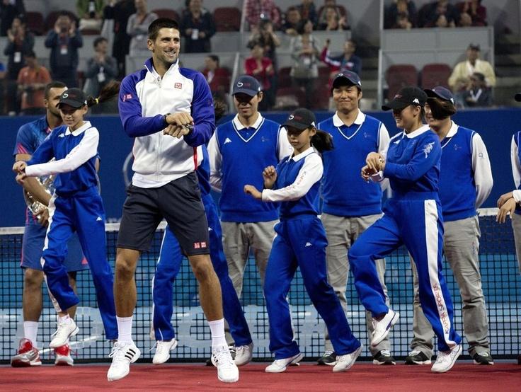"""Chine  Le 7 octobre, Novak Djokovic, qui l'avait emporté en finale de l'Open de tennis de Pékin face à Jo-Wilfried Tsonga (7-6, 6-2), s'était fendu d'une petite démonstration de """"Gangnam Style"""" à l'issue du tournoi.  Crédits : AP/Andy Wong"""