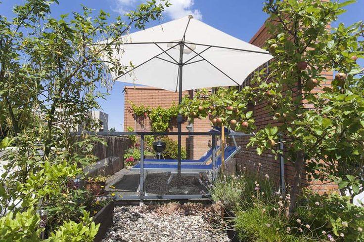 Balkontuinieren met eigen compost  Met de lente schiet het al aardig op en dus wordt het langzaam tijd om het balkon te gaan gebruiken. De grote schoonmaak kan beginnen en de plantjes van een extra schepje voeding te voorzien zodat u er de hele lente, ged